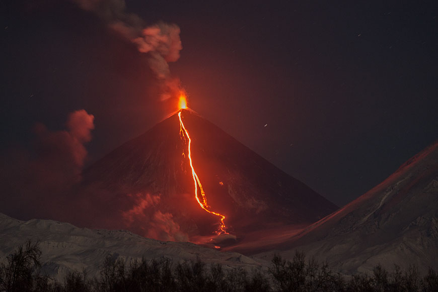 Kyuchevskoy volcano with lava flow during the eruption Oct 2013 (Photo: Martin Rietze)