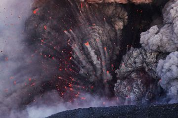 Eyjafjallajökull, Iceland, 8 May 2010 - phreatomagmatic explosions with cock's tail jets of lava bombs (Photo: Martin Rietze)