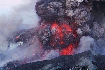 Eyjafjallajökull, Iceland, 8 May 2010 - explosions close-up from the summit crater (Photo: Martin Rietze)