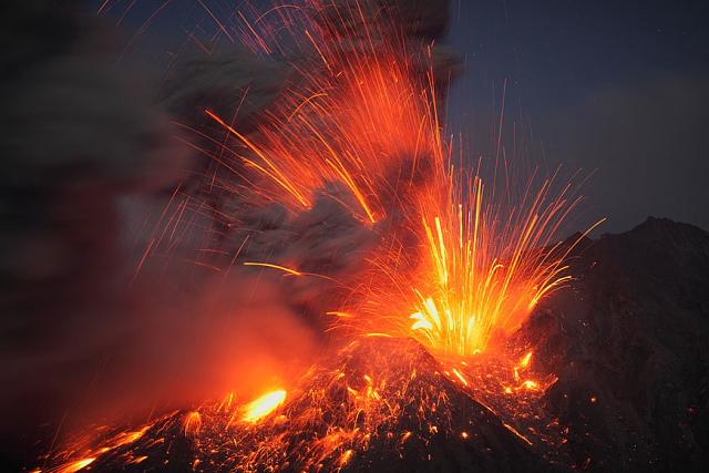 Erupción volcánica del volcán Sakurajima, Japón (Photo: Martin Rietze)
