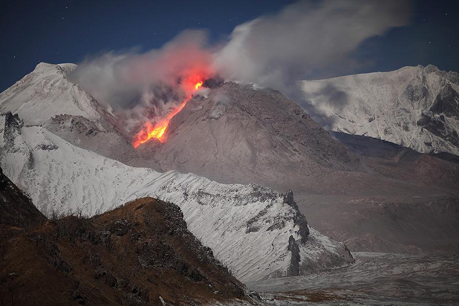 Incandescent rockfall down flank of lava dome of Shiveluch volcano, Kamchatka (Oct 2013) (Photo: Richard Roscoe)