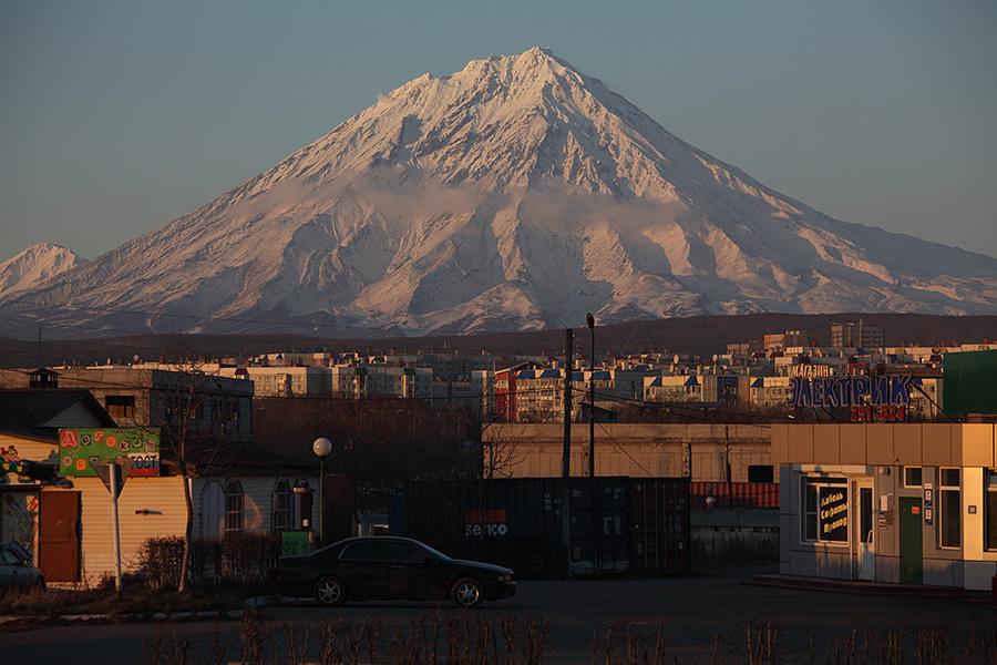 Koryaksky Volcano rising above city of Petropavlovsk, Kamchatka (Photo: Richard Roscoe)