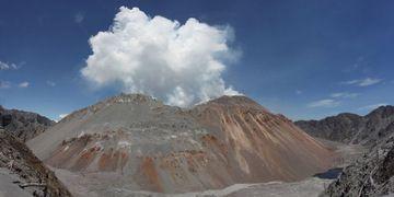 Volcán de cúpula de Chaitén lava visto desde el borde de la Caldera de Norte en 06 de diciembre de 2009 (cosido de panorama). Cúpula estaba en fase de desgasificación y bajo l... (Photo: Richard Roscoe)