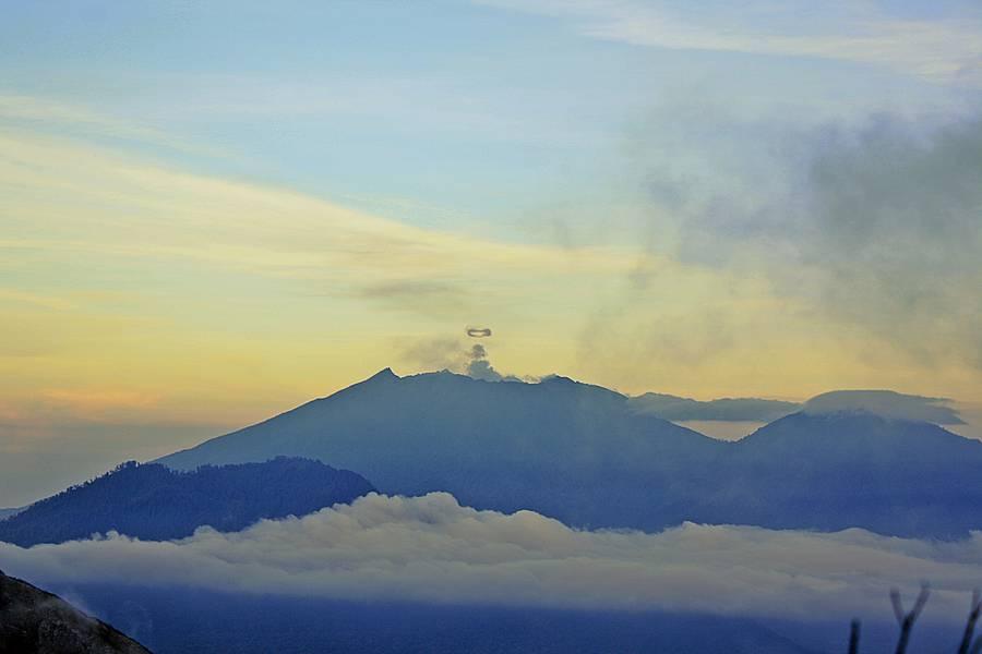 Ring smoke Raung volcano 3332 mdpl, April 21, 2015 (Photo: sonyxyde)