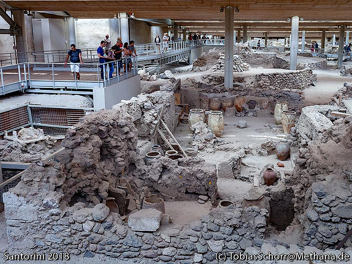 """Prehistoric excavations in Acrotiri. You can see the Minoan """"shop"""". (Photo: Tobias Schorr)"""