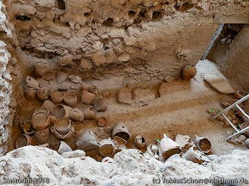 The cooking vessels inside an prehistoric house at the Acrotiri excavations. (Photo: Tobias Schorr)