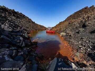 The bay with thermal springs on Nea Kameni island. (Photo: Tobias Schorr)