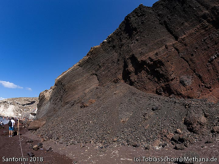 The lapilli walls of the red beach cinder cone. (Photo: Tobias Schorr)