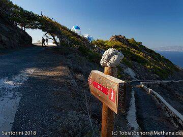 Hiking path sign and an stromatolithe. (Photo: Tobias Schorr)
