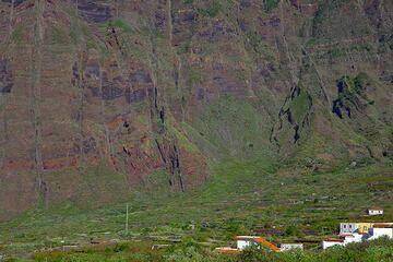 Dikes in the 1000 m high cliff of La Frontera, El Hierro Island, Canary Islands (Photo: Tom Pfeiffer)