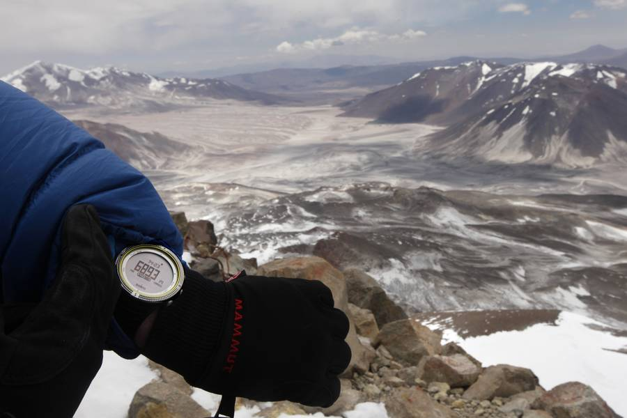 Basti Hofmann checks the altitude on top of the highest volcano of the world: 6 893 meters. (Photo: ulla)