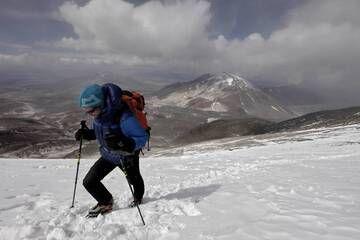 Basti Hofmann traverses a snow field with crampons at 6500m altitude (Photo: ulla)