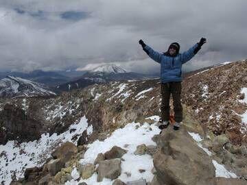 Auf dem Gipfel der Welt ... Unser Team-Mitglied Ulla Lohmann freut sich, auf dem höchsten Vulkan der Welt zu stehen. Ojos del Salado mit seinen 6893 m ist nicht nur der der höchste Vulkan der Erde, auch der höchste Berg von Chile und der zweithöchste Berg der Welt außerhalb des Himalaya.  Der Aufstiegs-Erfolgsquote liegt bei etwa 25%, und Kletterer müssen mit extremen Bedingungen am Gipfel rechnen: Windböen von bis zu 200 km/h, Schneesturm und Temperaturen bis -30°C sind hier keine Seltenheit. Die hochstgelegenste Wueste der Welt, die Puna de Atacama, wo der Vulkan liegt, ist aufgrund der vielen Bergbesteigungen der Inca sehr interessant: Sie haben auf bis zu 6739m Opferplatformen gebaut und Menschen den Goettern geopfert. (Photo: Basti Hoffmann)