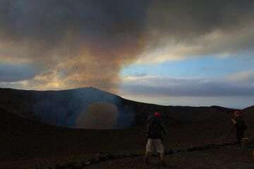 On the crater rim of Yasur in the evening (Photo: Yashmin Chebli)