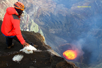 Marum lava lake / Yashmin CHEBLI 2014 One member of volcanodiscovery team Observe the intense activity on the lava lake MARUM072014_0378r.jpg (Photo: Yashmin Chebli)