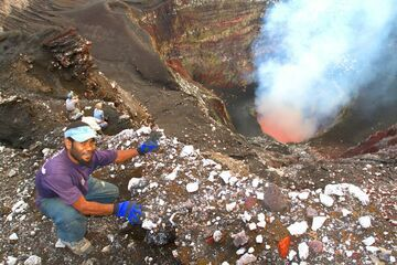 Looking into the active crater of Benbow volcano, Ambrym (Photo: Yashmin Chebli)