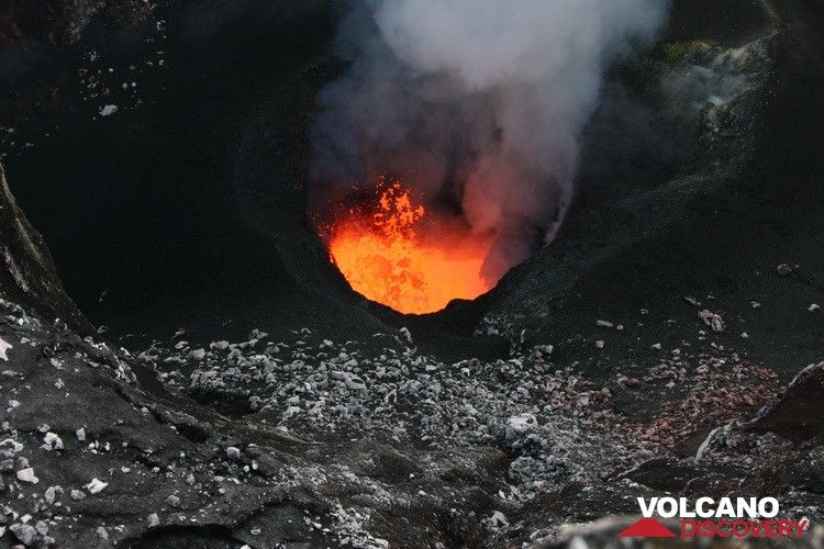 Lava lake in Benbow crater, Ambrym volcano (Vanuatu) in Sep 2010 (Photo: Yashmin Chebli)