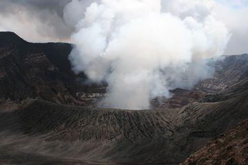 Benbow's huge crater (Ambrym volcano, Vanuatu) in Sep 2010 (Photo: Yashmin Chebli)