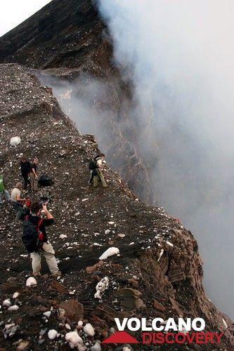 Observation de l'activité du lac de lave du cratère Niri Mbuwelesu (Photo: Yashmin Chebli)
