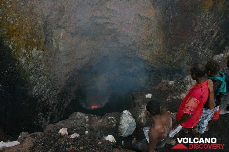 Observation de l'activité du second lac de lave au volcan benbow fin août et septembre 2010 (Photo: Yashmin Chebli)