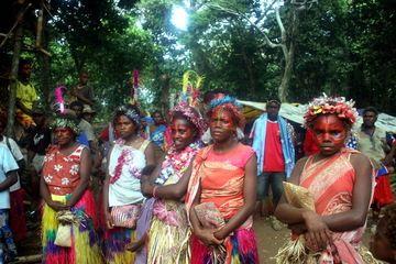 Les femmes lors de la cérémonie du TOKA sur l'île de Tanna fin septembre 2010 (Yashmin Chebli, Volcano Discovery) (Photo: Yashmin Chebli)
