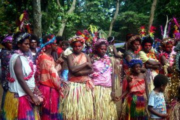 Les femmes durant la cérémonie du TOKA sur l'île de Tanna fin septembre 2010 (Yashmin Chebli, Volcano Discovery) (Photo: Yashmin Chebli)