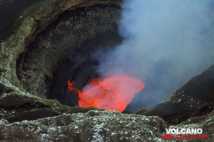Benbow's lava lake in Sep 2014 (Ambrym volcano, Vanuatu) (Photo: Yashmin Chebli)