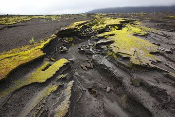 The volcanic ash layers covering the flat caldera floor, carved by erosion. (Photo: Tom Pfeiffer)