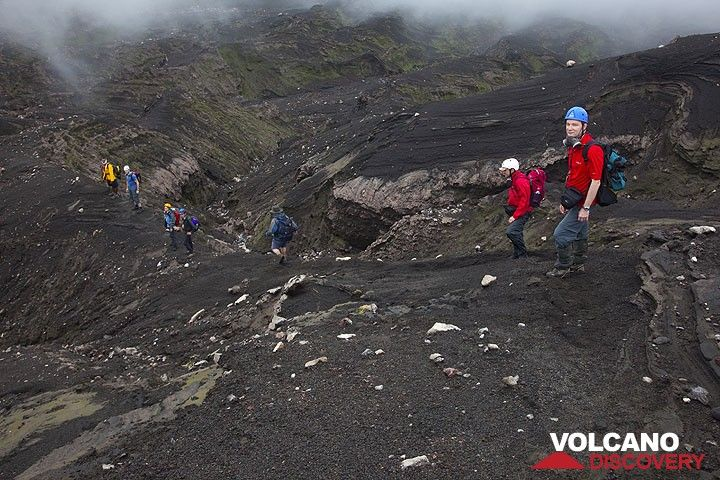Um zum Kraterrand des Marum zu gelangen, muss man um den Krater auf die Nordseite herumwandern. Wir sind in einer spektakulären Mondlandschaft aus Asche, Erosionsrillen und (zum Glück nicht allzu frischen) vulkanischen Blöcken und Bomben. (Photo: Tom Pfeiffer)