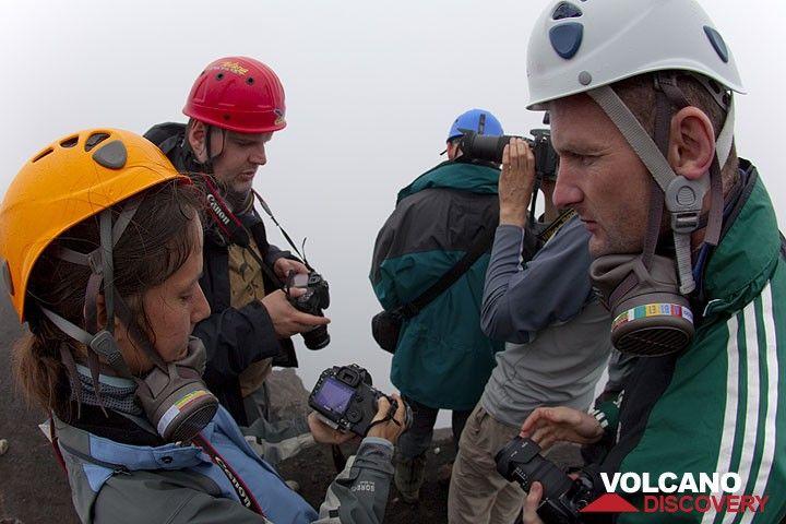 Gasmasken und Helme sind wichtige Ausrüstungsgegenstände in der Nähe der aktiven Krater.  (Photo: Tom Pfeiffer)