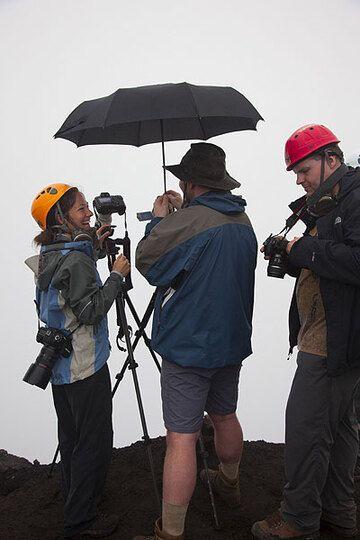 Es gibt leichten Nieselregen hier oben auf dem Kraterrand des Marum. Tatsächlich kann man das noch als recht gutes Wetter für Ambrym-Verhältnisse bezeichnen... (Photo: Tom Pfeiffer)
