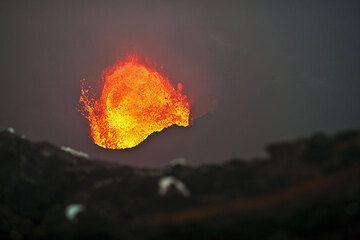 Das Brodeln des Lavasees wirft manchmal größere Mengen an gelbflüssiger Lava aus. (Photo: Tom Pfeiffer)