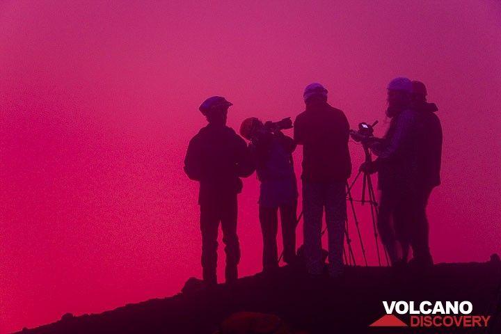 Die Gruppe beobachtet das vulkanische Geschehen. (Photo: Tom Pfeiffer)