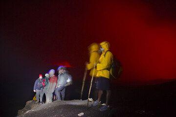 Auf dem nächtlichen Rückweg wird mit Hilfe der Taschenlampen noch schnell ein Gruppenfoto komponiert, vor dem Hintergrund des rot erleuchteten Himmel über Benbow und Marum. (Photo: Tom Pfeiffer)