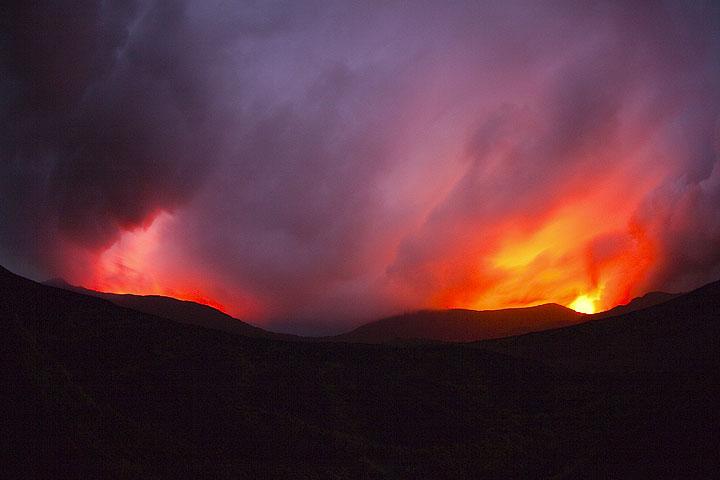 Blitze und Lava erleuchten dramatische Gewitterwolkenformationen über der Kaldera. (Photo: Tom Pfeiffer)