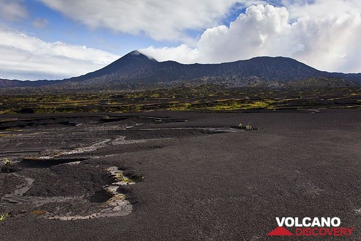 The Benbow crater rising above the ash plain. (Photo: Tom Pfeiffer)