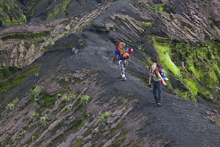 Der Weg auf den Kraterrand folgt einem Rücken zwischen zwei Erosionsrillen. (Photo: Tom Pfeiffer)