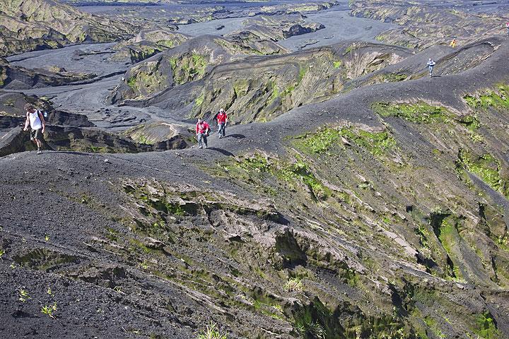 Ascending the Benbow crater along a ridge between erosion gullies. (Photo: Tom Pfeiffer)