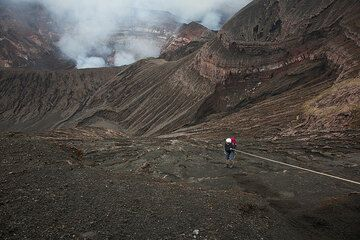 Joachim abseils into the Benbow crater. (Photo: Tom Pfeiffer)