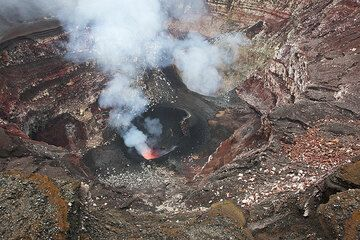The active vents inside Benbow crater surrounded by circular crater walls. (Photo: Tom Pfeiffer)