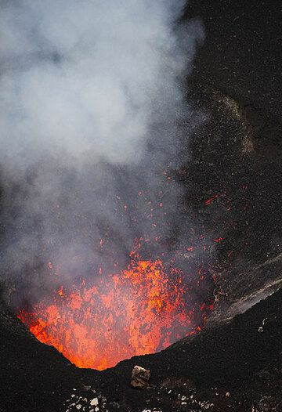 Schlackenwurf aus dem südlichen Krater des Benbow. (Photo: Tom Pfeiffer)
