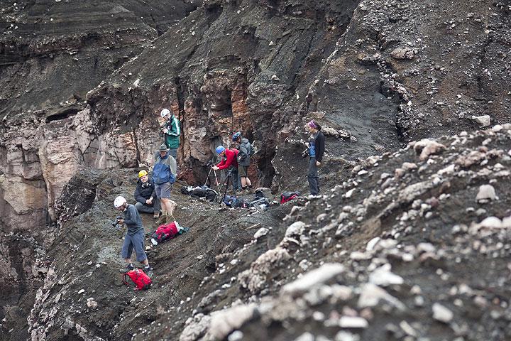 Der perfekte Beobachtungspunkt unserer Gruppe im Krater. (Photo: Tom Pfeiffer)