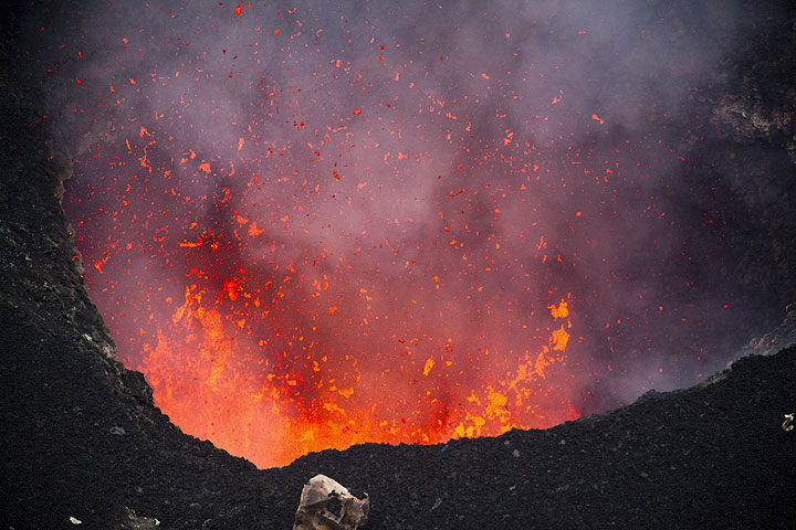 Spattering in the evening (Benbow crater, Ambrym volcano) (Photo: Tom Pfeiffer)