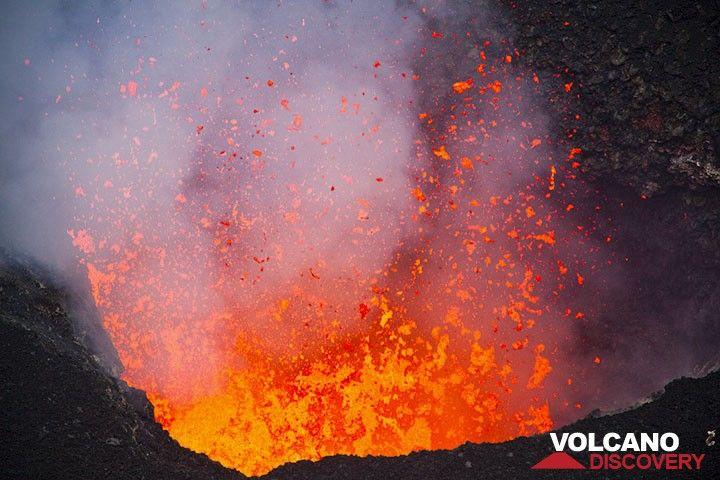 Highly fluid lava bursts from the vent of Benbow, Ambrym volcano, Vanuatu (Photo: Tom Pfeiffer)