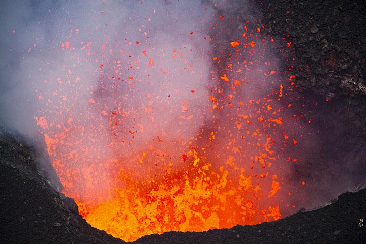 Explosiones de lava muy fluida de la ventilación. (Photo: Tom Pfeiffer)