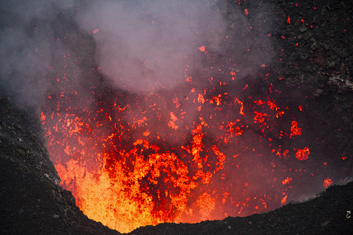 Spattering in the evening - lava colors are nicest now... (Photo: Tom Pfeiffer)