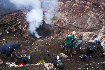 Die Gruppe auf einem Vorsprung über der Kraterterasse. (Photo: Tom Pfeiffer)