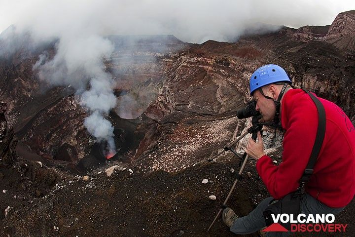 Ronny photographing the lava activity in the crater of Benbow. (Photo: Tom Pfeiffer)