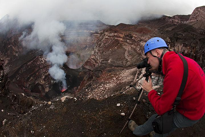 Ronny photographiert die Lavatätigkeit im Benbow. (Photo: Tom Pfeiffer)