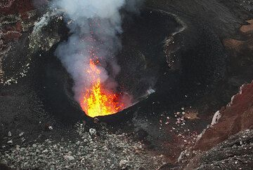 View of the active south pit with a little lava fountain (Benbow volcano, Ambrym, Vanuatu) (Photo: Tom Pfeiffer)